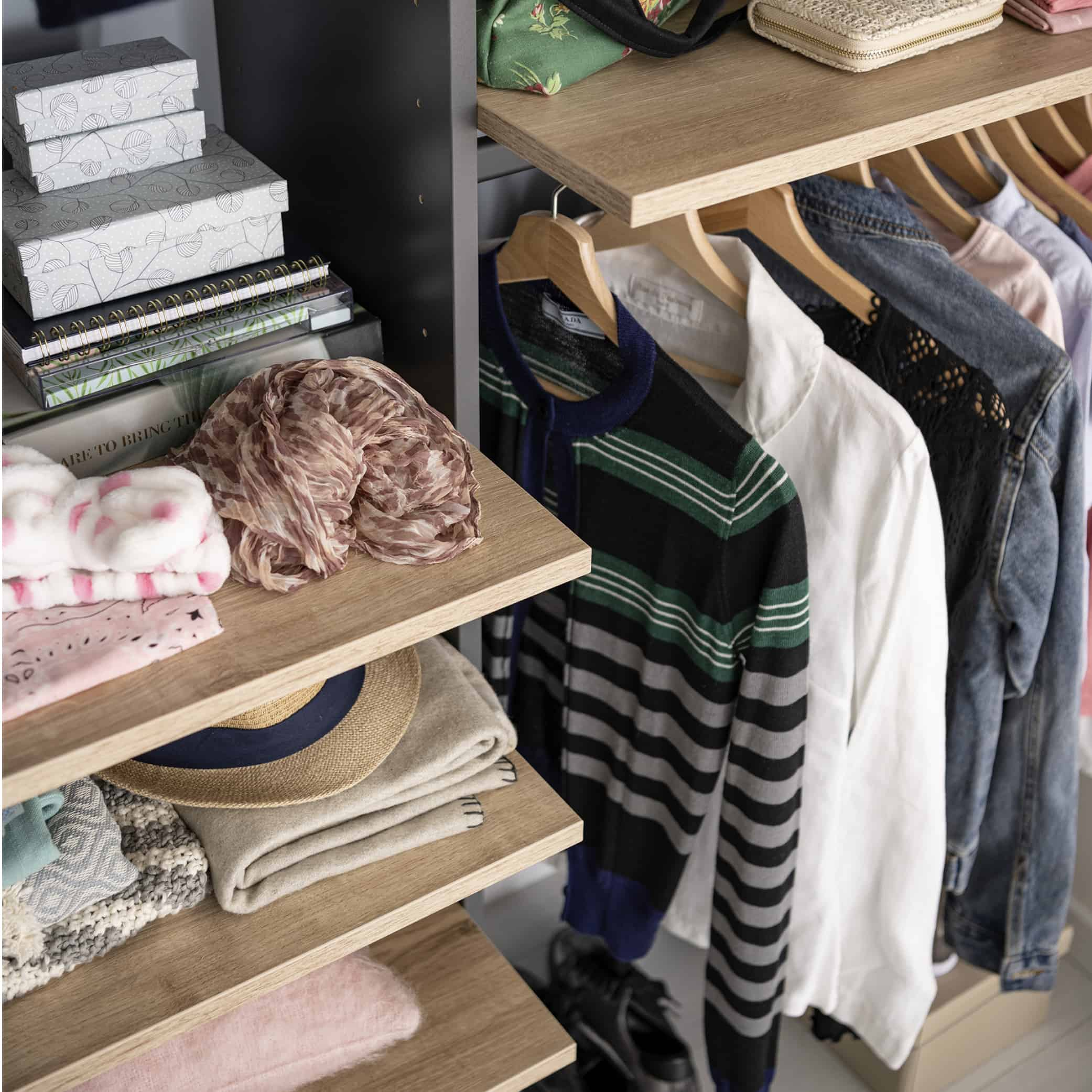 Garderobeskap med hyller