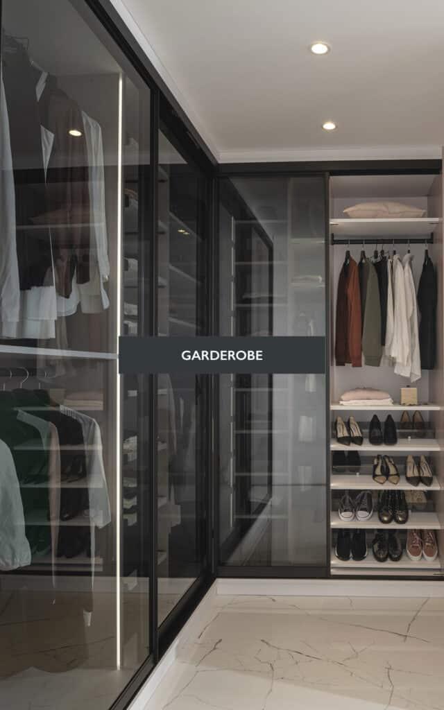 Garderobe med glass skyvedører