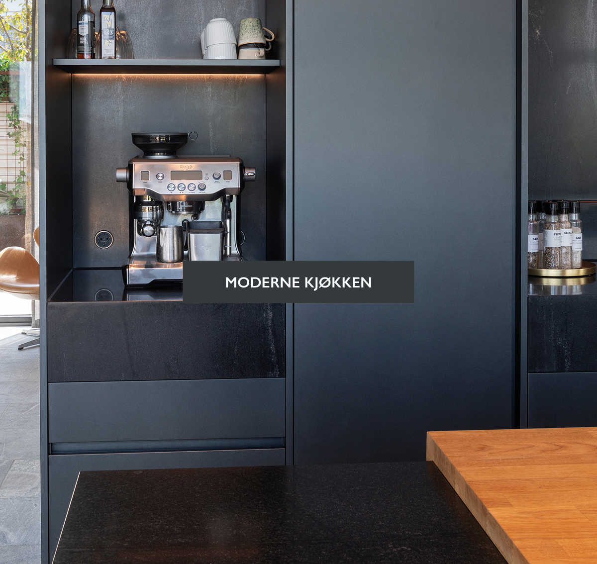 Kjøkken i svart med lys